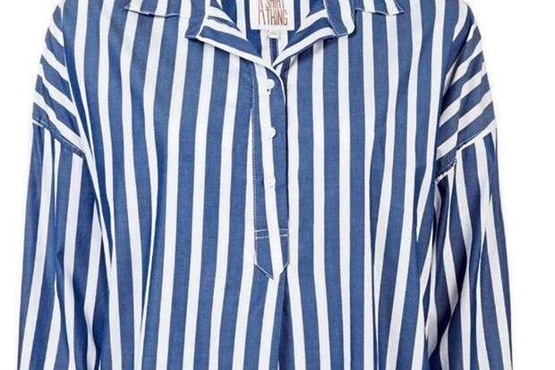 0f22444ec5518 A camisa da Shirt Thing, à venda no site da Farfetch por R  3.150, é  similarao modelo usado por Meghan Markle