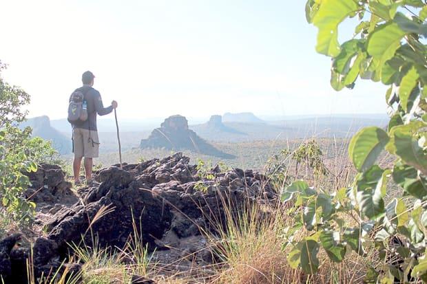 Visitante na trilha do mirante da Chapada, que faz parte do roteiro Três Encantos. Chapada das Mesas, Maranhão