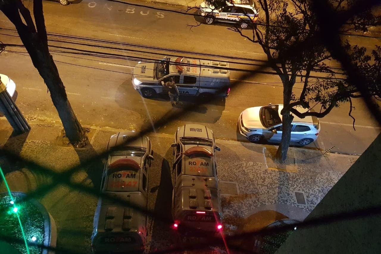 Viaturas da Rotam foram flagradas em frente ao prédio onde médico mora com família