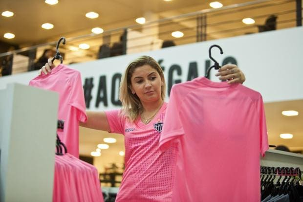 900d7b4df1 Galo inicia venda da nova camisa rosa em suas lojas