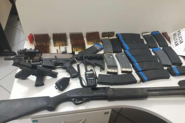 Muitas armas foram apreendidas com os criminosos