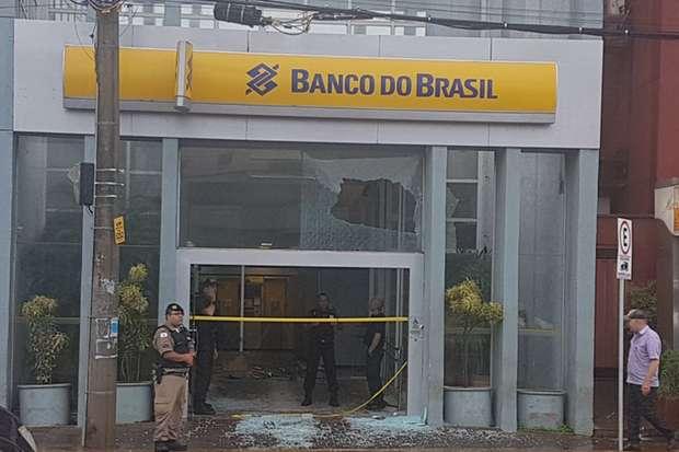 Porta de vidro foi destruída