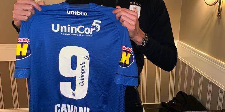 Cavani recebe camisa do Cruzeiro enviada por Arrascaeta  1eb4e9fb595c8