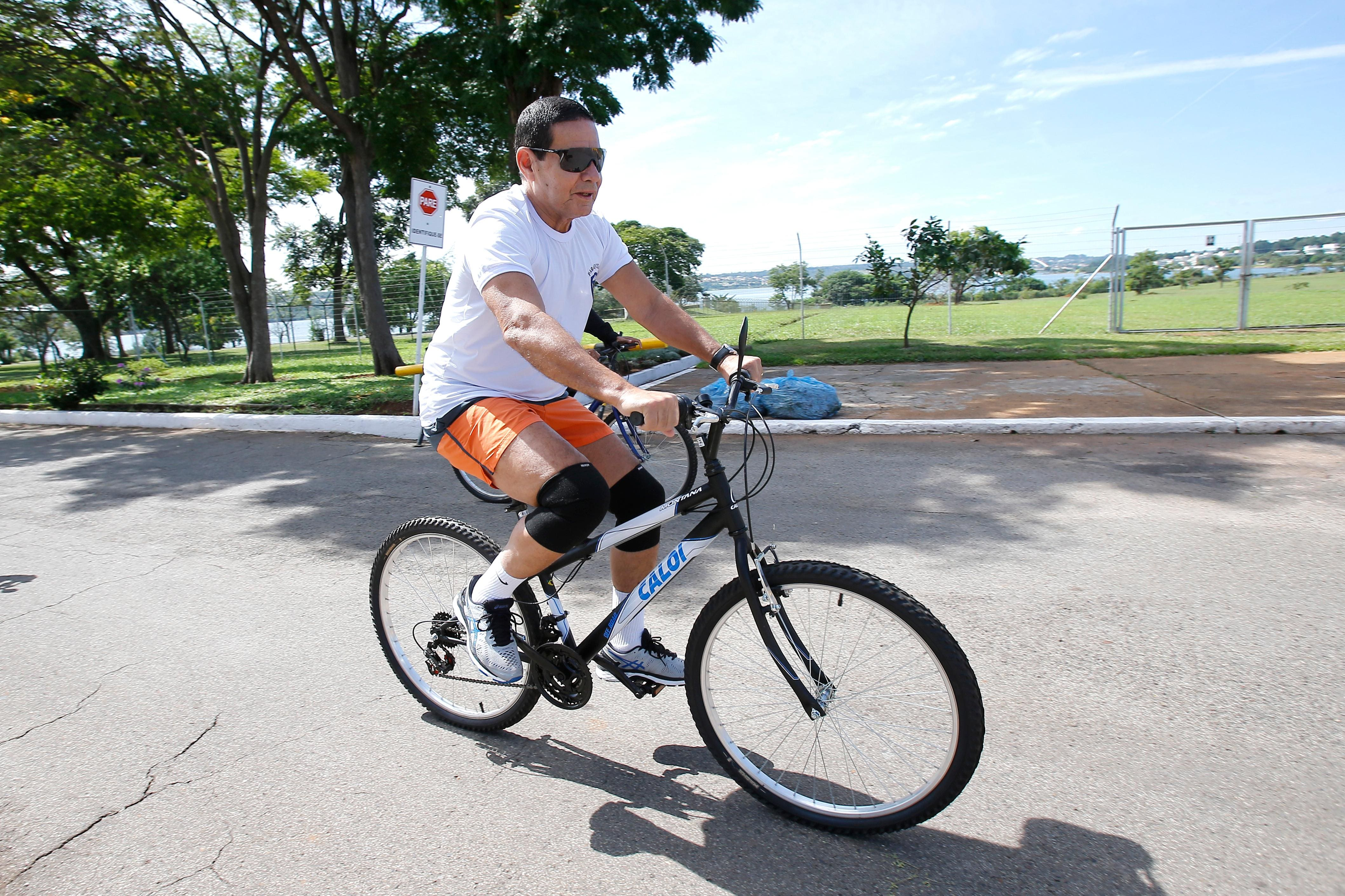 Mourão é flagrado andando de bicicleta em Brasília