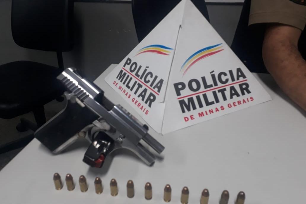 A pistola calibre 380 foi roubada em 2012 e, segundo boletim de ocorrência, pertencia a um militar da corporação.