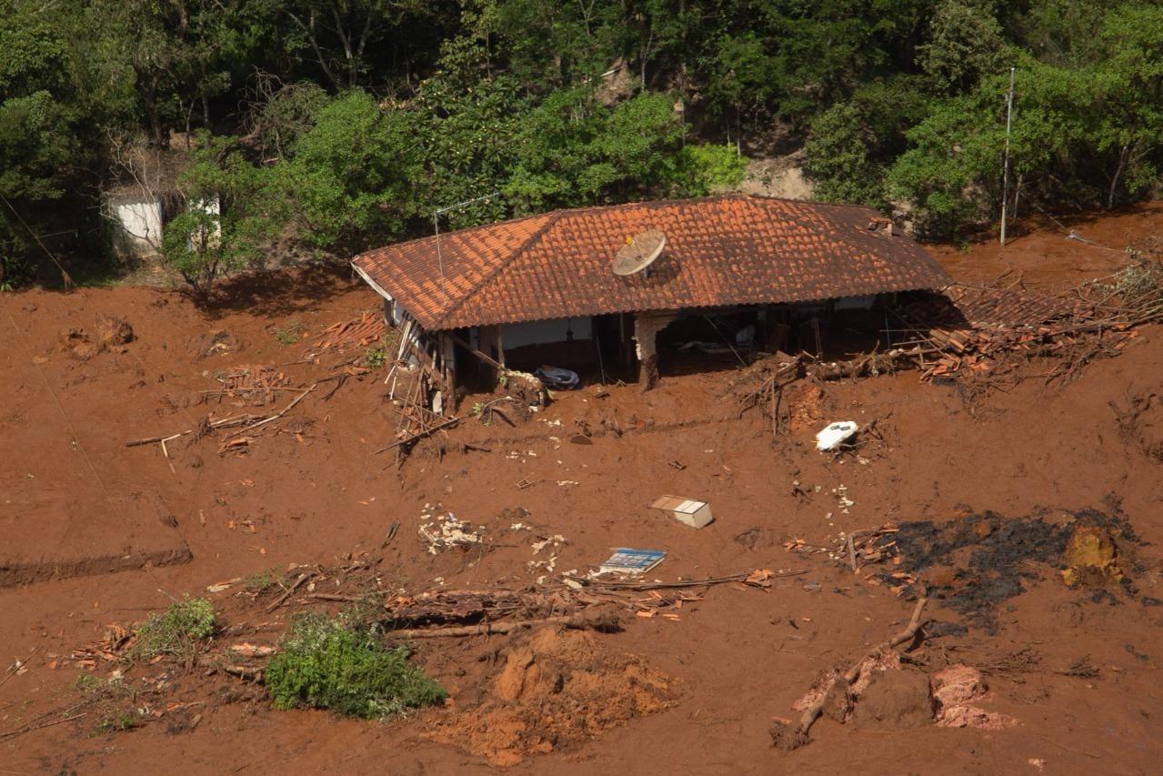 Casas ficaram embaixo da lama
