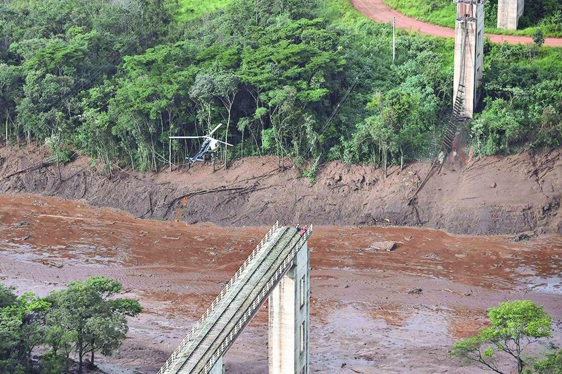 Ponte de linha férrea foi arrancada após rompimento da barragem ... 01dfd2191b