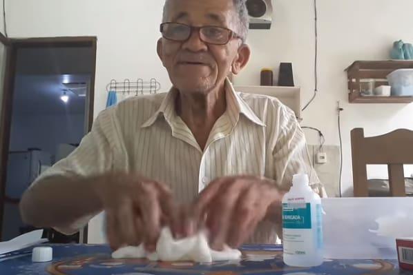62ebf2ec74a Alegria de idoso ao fazer slime vira sucesso no Youtube  veja vídeo ...