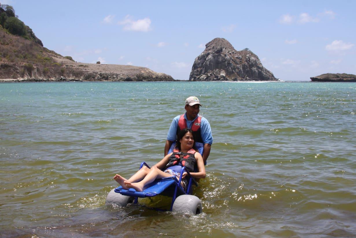 Baía do Sueste recebeu o projeto Praia Sem Barreiras, que possibilita o banho de mar a cadeirantes