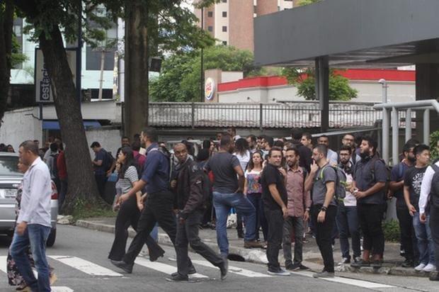 Prédio é Evacuado Após Pessoas Pularem Juntas Em Palestra