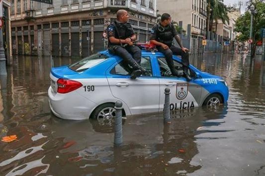 05ab814d864 Chuva no Rio leva duas cidades a decretar estado de emergência  veja vídeos