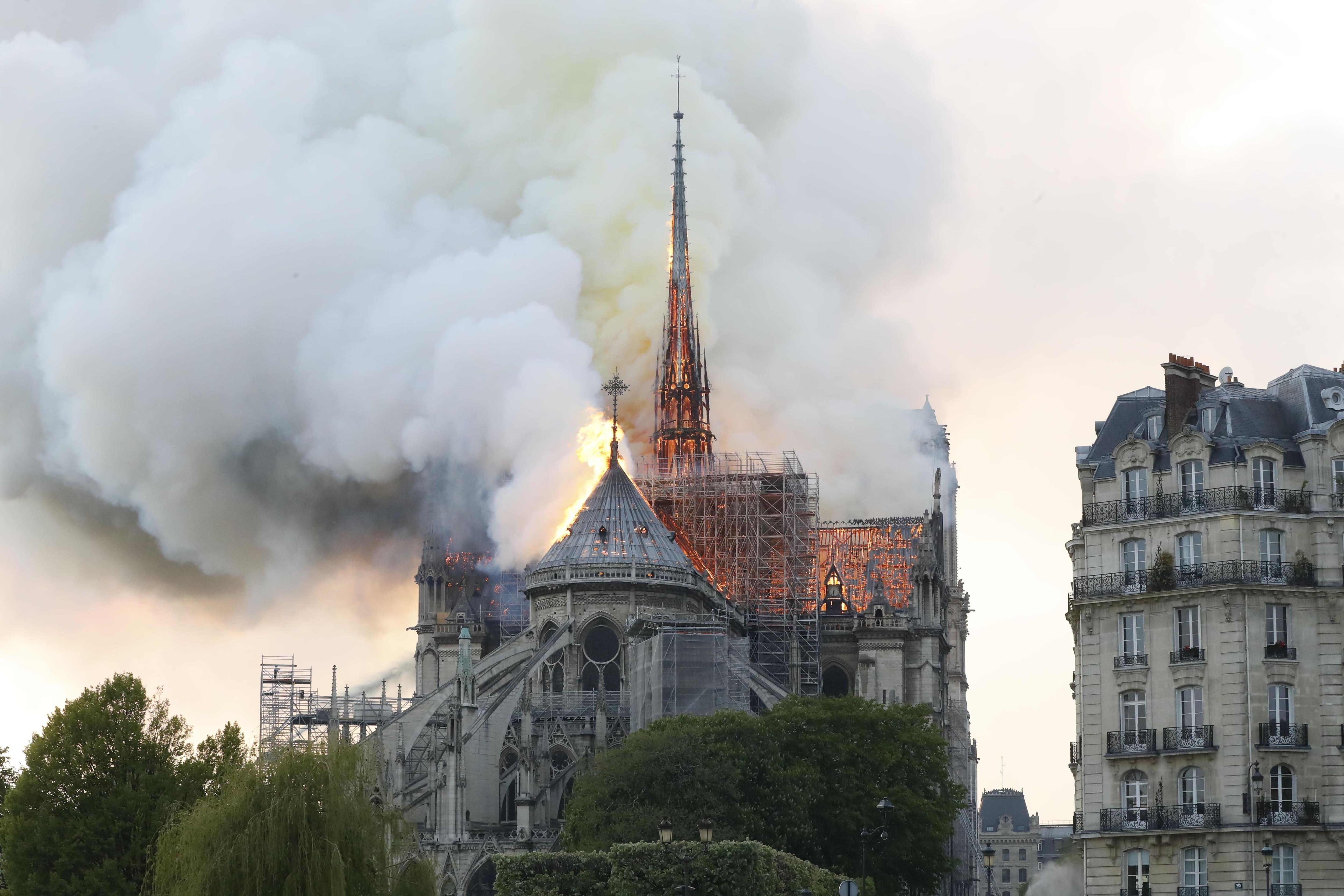 Catedral de Notre-Dame é atingida por incêndio na tarde desta segunda-feira