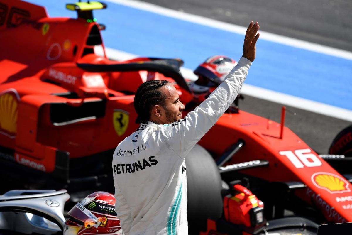 Hamilton revela sonho em pilotar Ferrari e aponta frustração: 'Não foi possível'