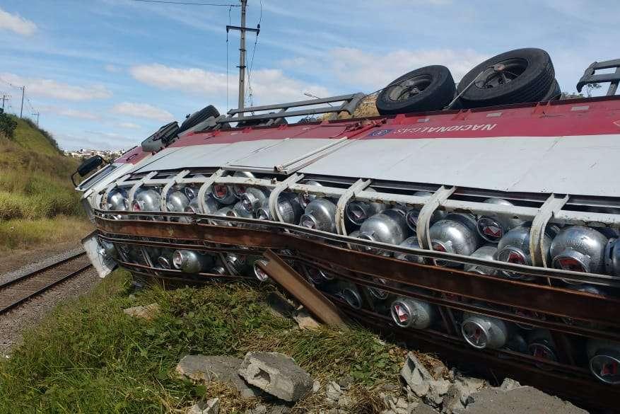 88c9c15359 Caminhão carregado com botijões de gás capotou e interditou via em Juiz de  Fora