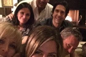 Jennifer Aniston estreia no Instagram com foto de colegas de 'Friends'