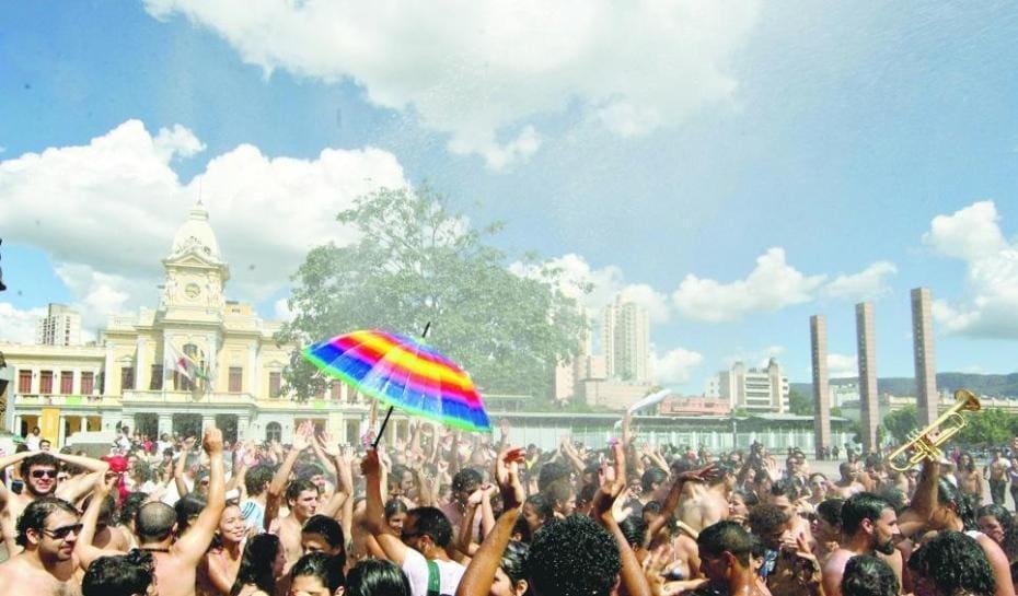 Um número grande de pessoas na praça da estaçao no carnaval de 2014