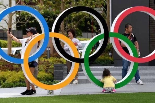anéis olímpicos na Praça Olímpica do Japão