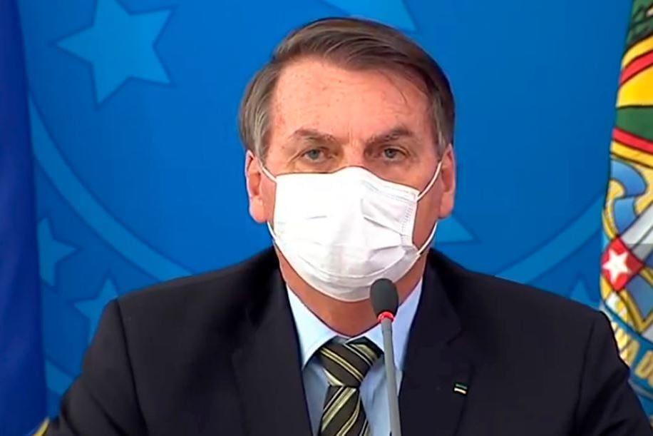 Jair Bolsonaro usa máscara contra o coronavírus