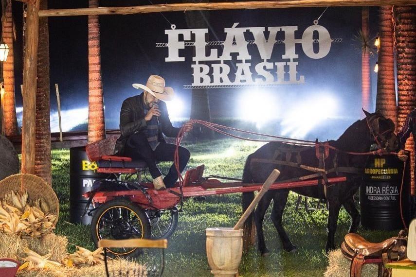 Flávio Brasil chegou de charrete para live, mas foi rebocado pelo cavalo e não terminou a primeira música