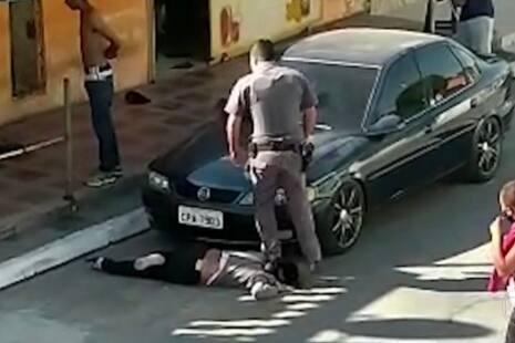 Em abordagem, policial pisa no pescoço de mulher negra de 51 anos em SP