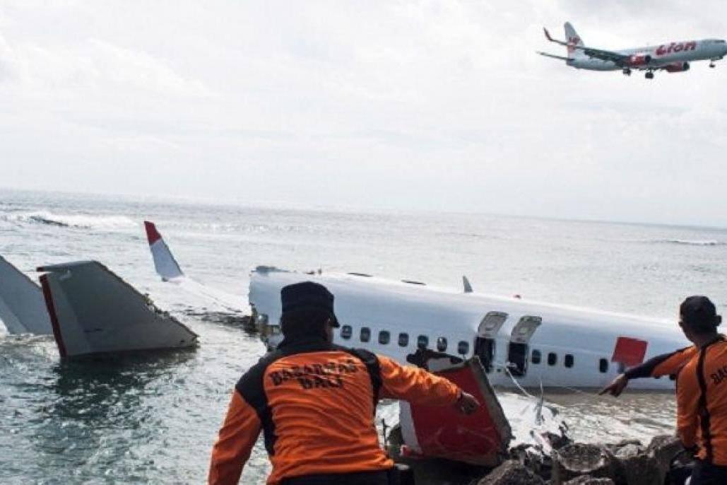 Restos humanos e parte da fuselagem do Boeing que caiu na Indonésia são recuperados