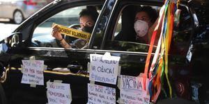 Críticos de Bolsonaro fazem carreatas pelo impeachment em BH e em todo o país