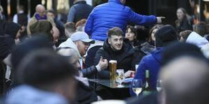 Nem neve fina estraga brinde dos ingleses em reabertura dos pubs
