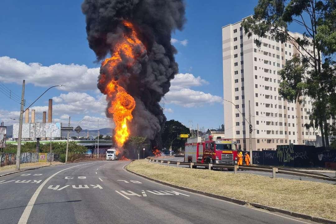 Carreta com combustíveis pega fogo e fecha a Babita Camargos em Contagem