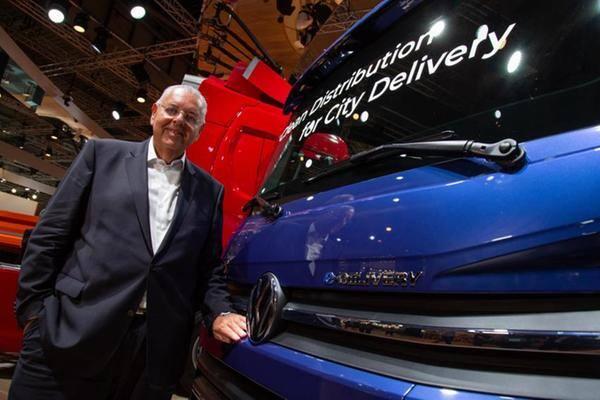 Roberto Cortez, CEO e presidente da Volkswagen Caminhões e Ônibus ao lado do pioneiro e-Delivery