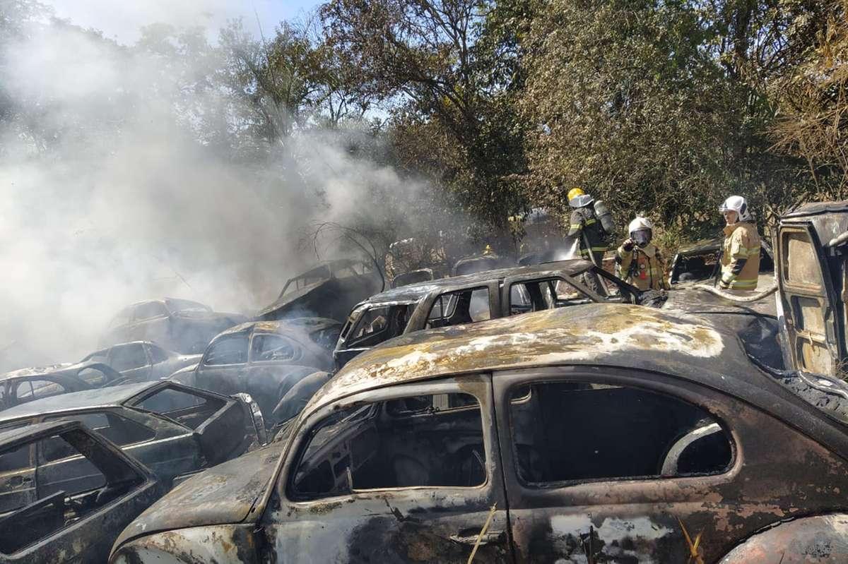 Incêndio em pátio de Brumadinho destrói completamente 298 veículos apreendidos