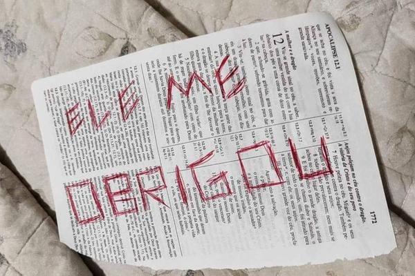 No imóvel, foram encontradas uma série de mensagens escritas em páginas de uma Bíblia