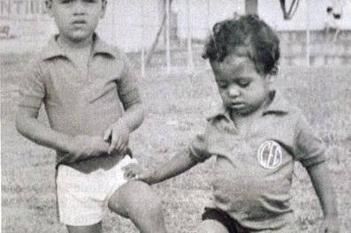 Romário, senador da República e ex-atacante da seleção, com a camisa do América quando criança