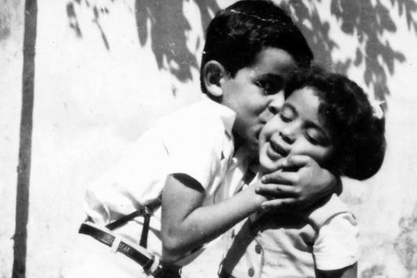 Alexandre Kalil (PSDB), prefeito de Belo Horizonte, beija a irmã em foto quando criança