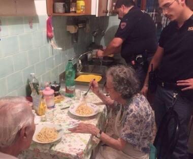 Quatro policiais cozinharam macarrã