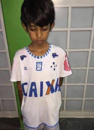 23db799e1b Menino faz camisa do Cruzeiro à mão e sensibiliza o clube