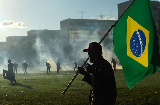 Grupos atacam ministérios, ateiam fogo e quebram vidraças em protesto
