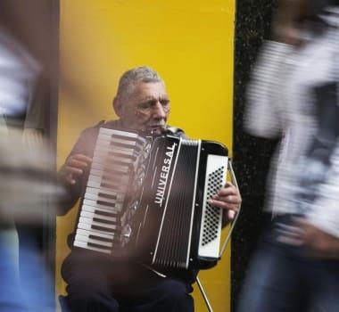 Resultado de imagem para deficiente que teve sanfona roubada ganha novo instrumento