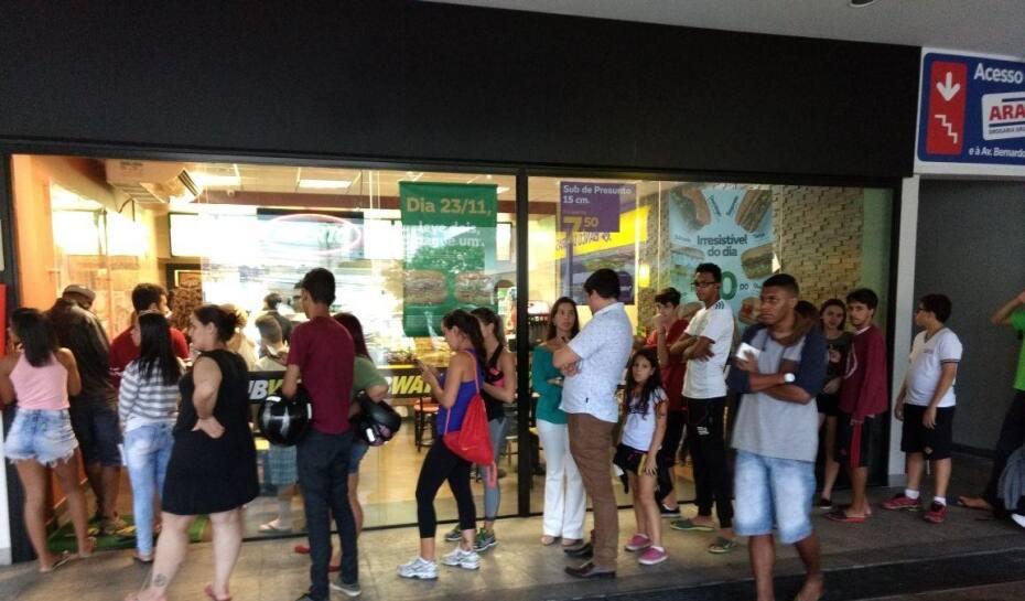 fd6b8122324 Clientes fazem fila no Subway do Padre Eustáquio para aproveitar promoção  da Black Friday
