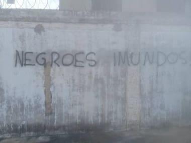 Família tem muro pichado com frases racistas em Ribeirão das Neves