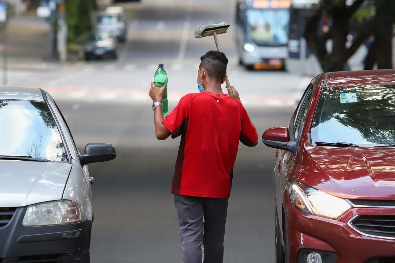 Um adolescente trabalhando nas ruas de Belo Horizonte (MG)