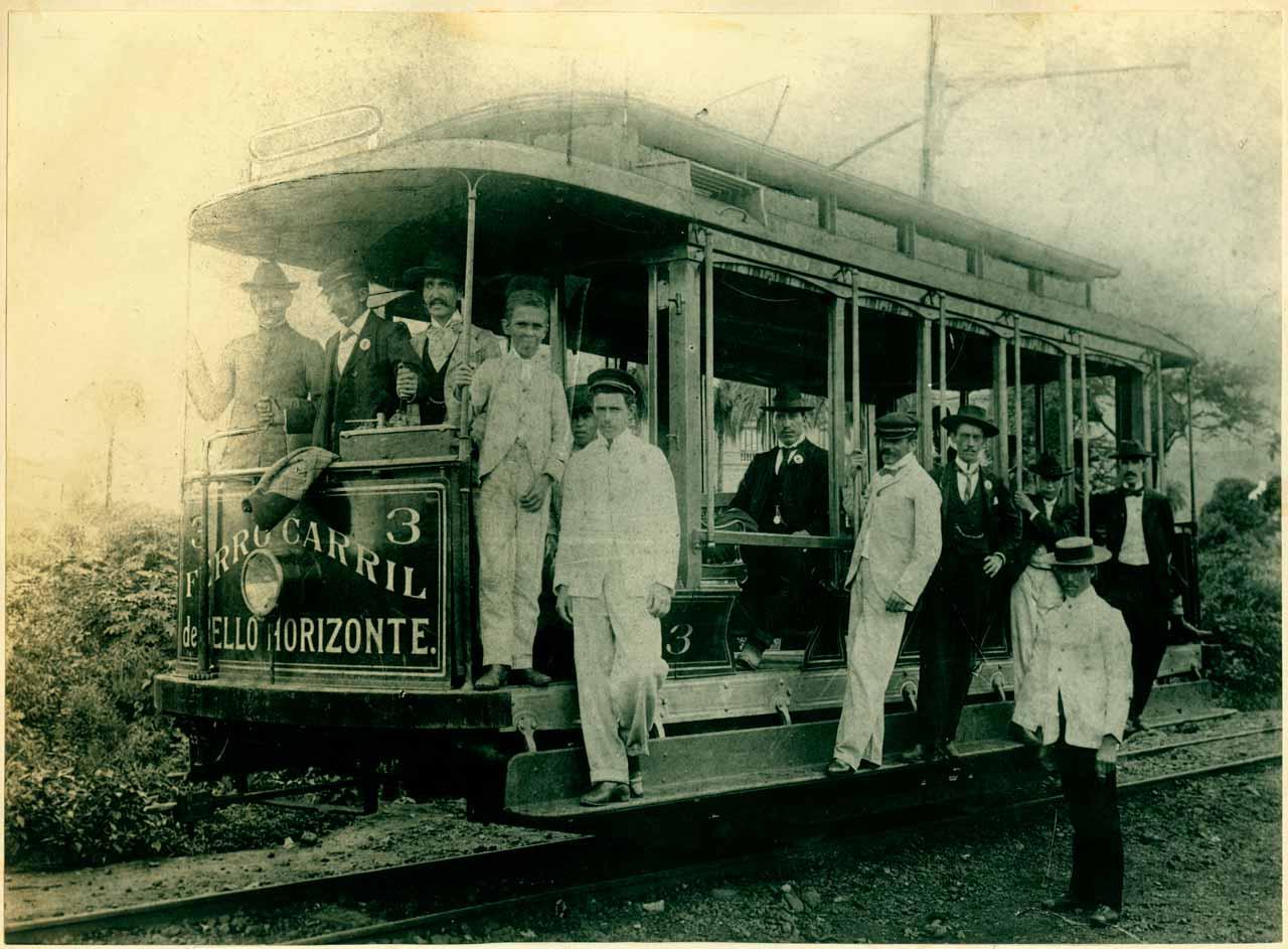 Desde a época dos bondes, demora e coletivos cheios já faziam parte da lista de reclamações dos passageiros em Belo Horizonte