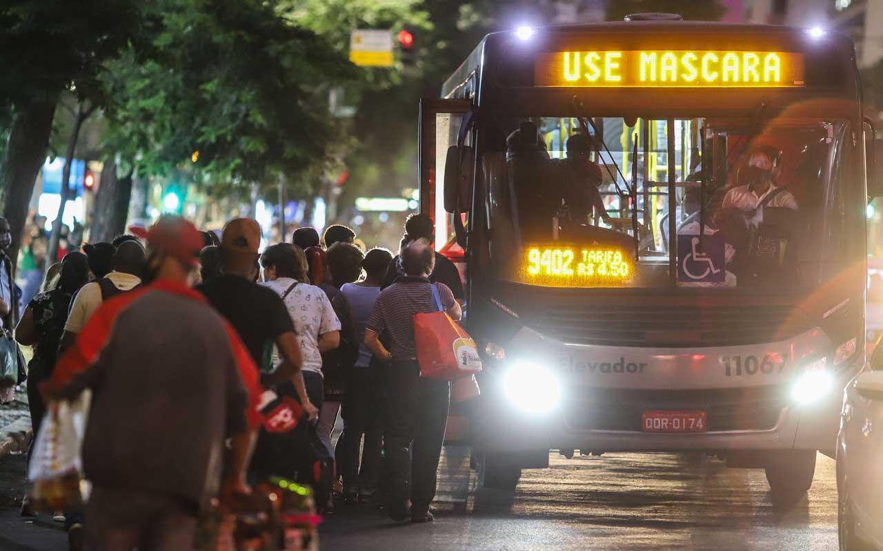 Passageiros reclamam que redução de frota e horários deixam ônibus mais cheios e se sentem mais inseguros em relação ao contágio - Foto: Flávio Tavares