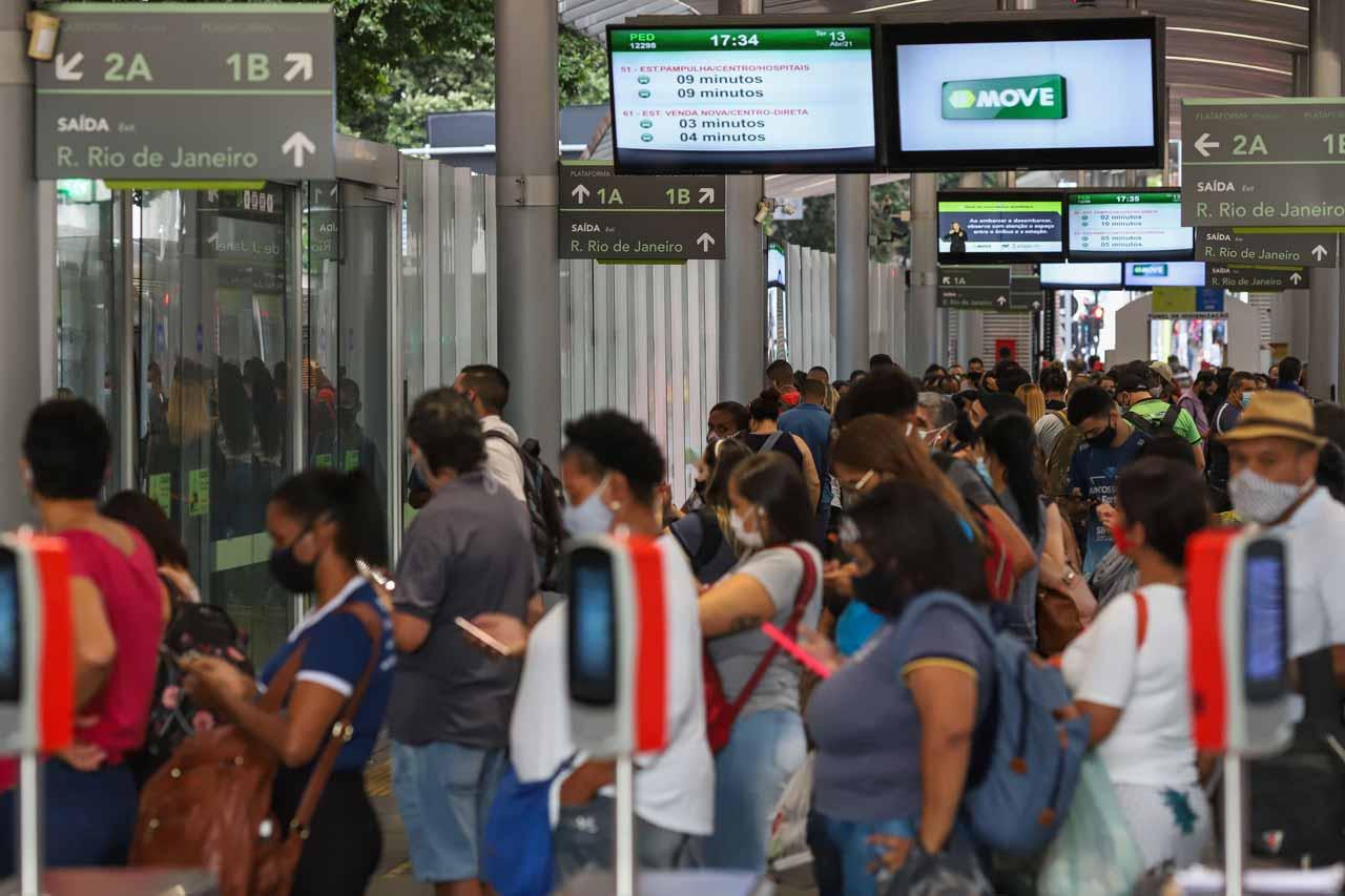 Com gratuidades repassadas para demais passageiros, ônibus custa R$ 1,30 a mais, segundo contas da BHTrans - Foto: Flávio Tavares