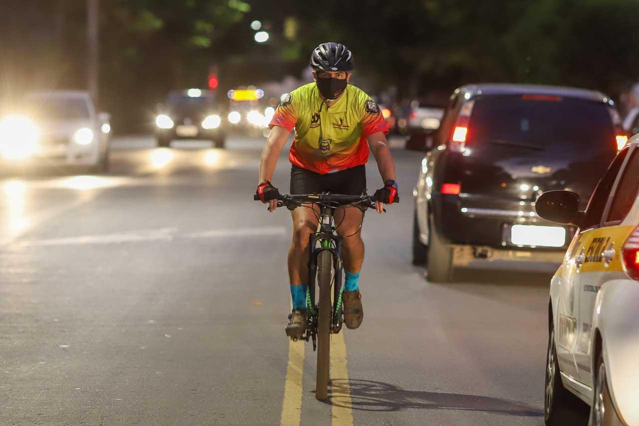 Francisco faz verdadeira corrida de obstáculos para chegar de bike ao trabalho - Foto: Flávio Tavares