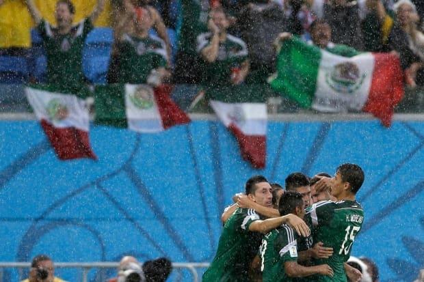 México 1 x 0 Camarões - Copa do Mundo 2014. Jogadores do México comemoram  gol da vitória sobre Camarões  95be1f4984fde