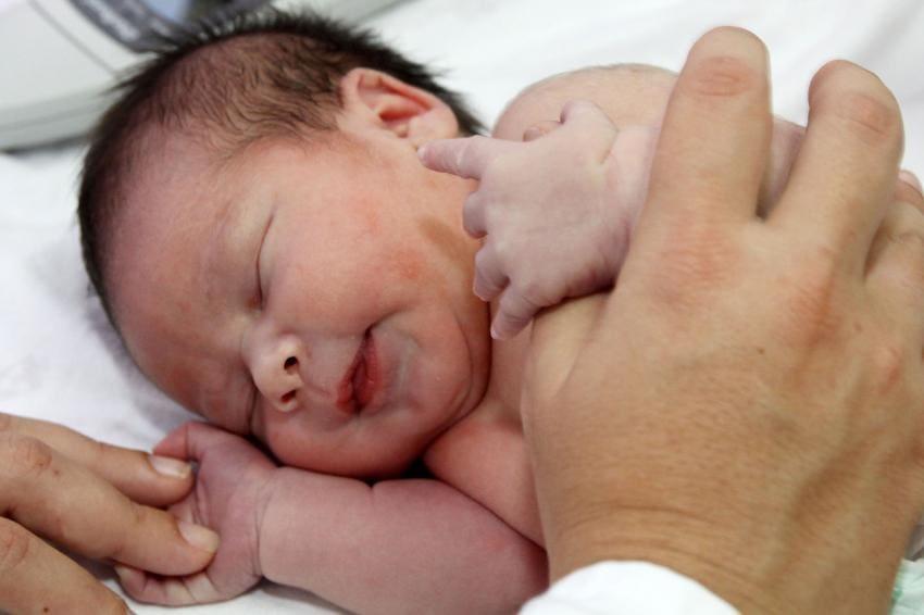 Resultado de imagen para Medico con bebe en brazos