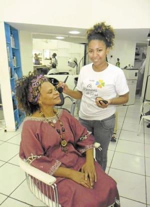 2531dfc0bc Laisla maquia Dora para as fotos do jornal