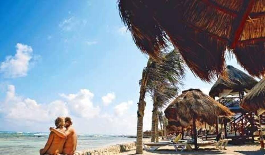 Liberdade. Casal aproveita para namorar peladão na praia em frente ao Hidden Beach Resort