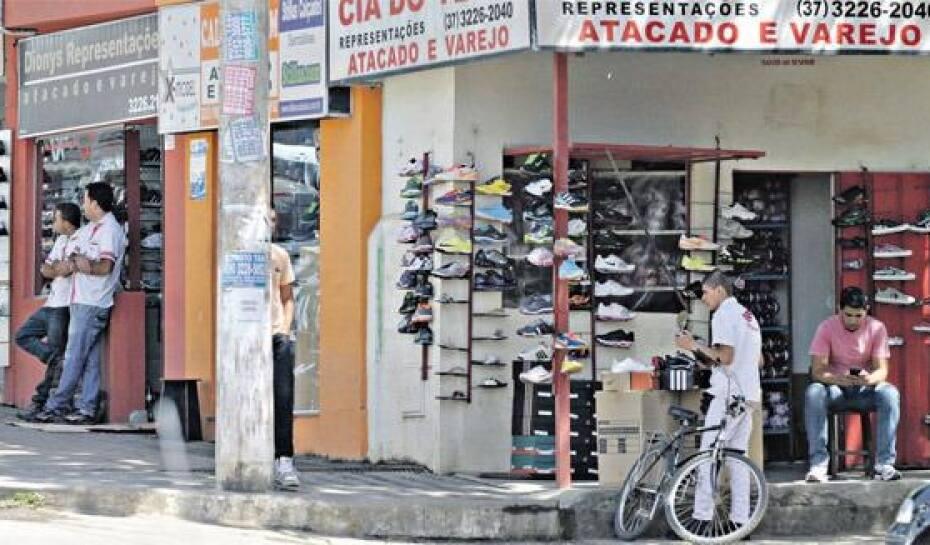 da29d878a À luz do dia. Tênis com marcas famosas são vendidos livremente no bairro  Fartura,