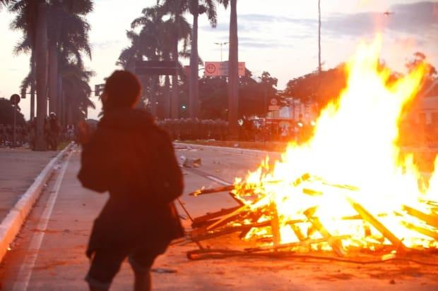 Cidades - EspecialManifestacao contra o aumento das passagens de onibus na capital mineira reune milhares de pessoas em passeata do centro ao mineiraoFOTO: MARIELA GUIMARAES / O TEMPO 17.6.2013